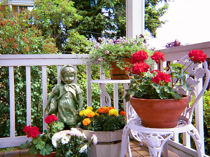 Container gardens for small spaces global garden friends for Landscape gardening for small gardens