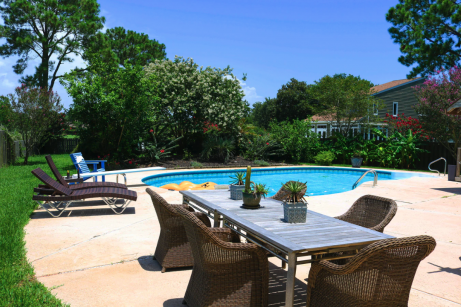 4 Tips for Landscaping a Yard That Has a Pool